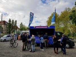 Infotruck mit lecker Waffeln an der Münchner Freiheit