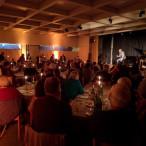 Der Kabarettist Ecco Meineke vor vollem Haus. Ca. 130 Gäste waren bei uns im Gemeindesaal der Erlöserkirche und haben unser selbstgemachtes Essen genossen, darunter Petras berühmten Schweinebraten.